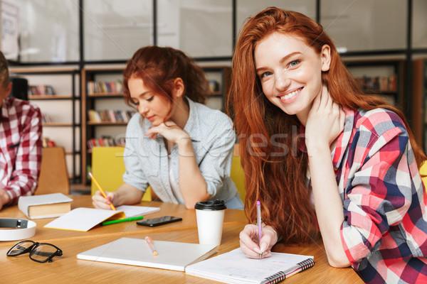Groep jonge tieners huiswerk vergadering bibliotheek Stockfoto © deandrobot