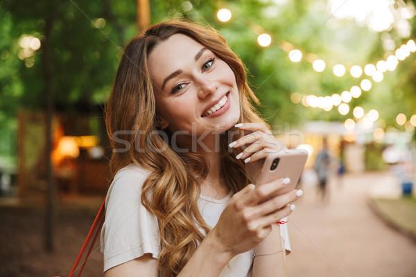 Stock fotó: Fiatal · lány · tart · mobiltelefon · áll · park · lány