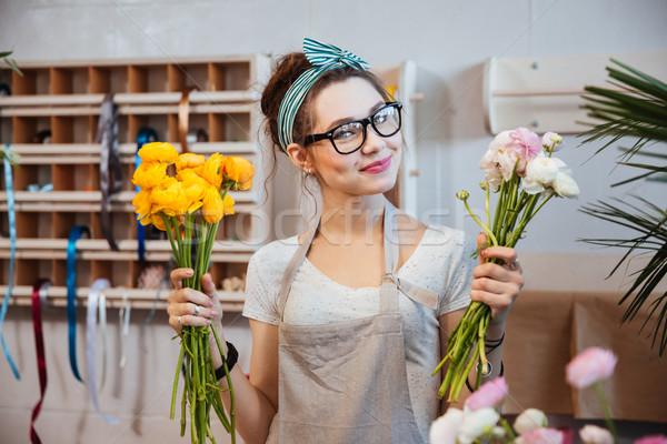 Heureux femme fleuriste blanche fleurs jaunes Photo stock © deandrobot