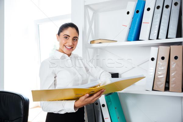 Photo stock: Souriant · femme · d'affaires · permanent · jaune