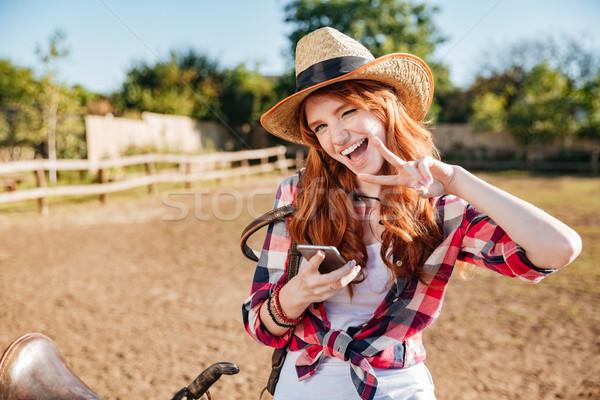 Kadın cep telefonu barış imzalamak Stok fotoğraf © deandrobot