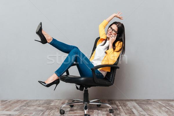 Mooie vrouw vergadering bureaustoel praten telefoon jonge Stockfoto © deandrobot