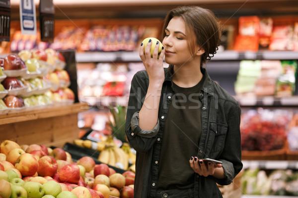 Wesoły młodych pani stałego supermarket jabłko Zdjęcia stock © deandrobot