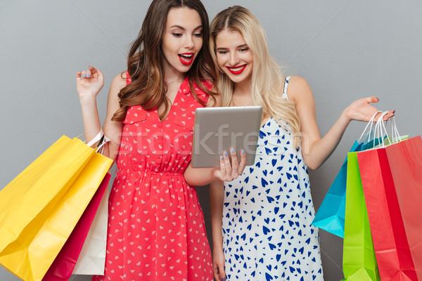 Stock fotó: Derűs · érzelmes · hölgyek · barátok · bevásárlótáskák · tabletta