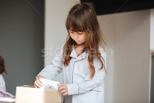 Peu enfant sur paquet cartes postales femme Photo stock © deandrobot