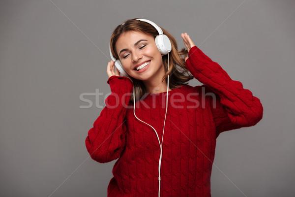 Ritratto gioioso ragazza felice rosso maglione ascoltare musica Foto d'archivio © deandrobot