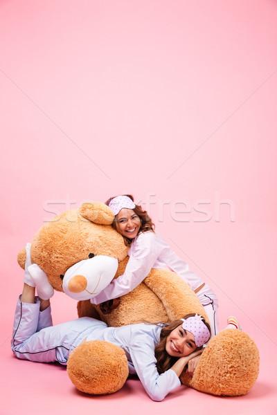 Twee glimlachend jonge meisjes pyjama mooie Stockfoto © deandrobot