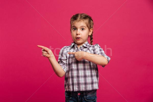 Сток-фото: удивленный · Cute · девочку · ребенка · указывая · изображение
