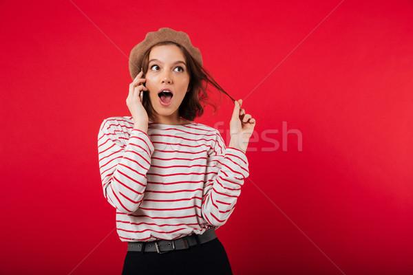 портрет красивая женщина берет говорить мобильного телефона Сток-фото © deandrobot