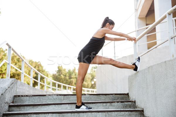 ストックフォト: 肖像 · フィットネス女性 · スポーツ · 階段 · 屋外 · 女性