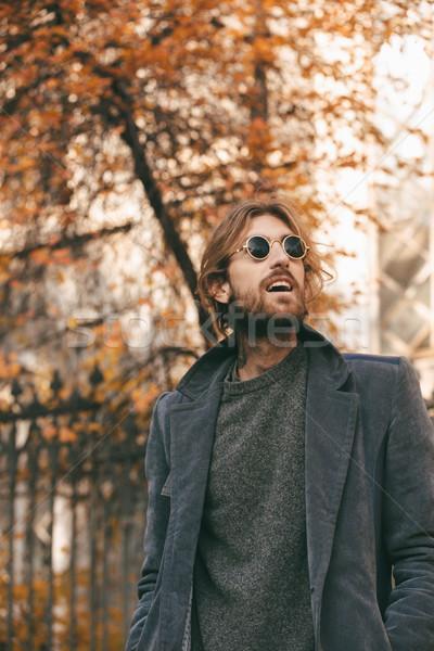 Porträt trendy bärtigen Mann Sonnenbrillen Mantel Stock foto © deandrobot