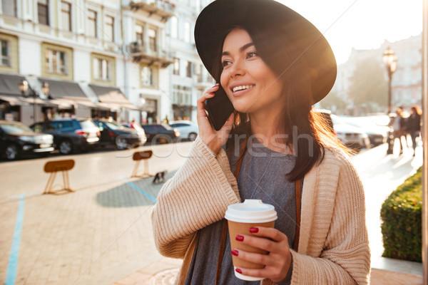 Porträt freudige stylish Frau sprechen Handy Stock foto © deandrobot