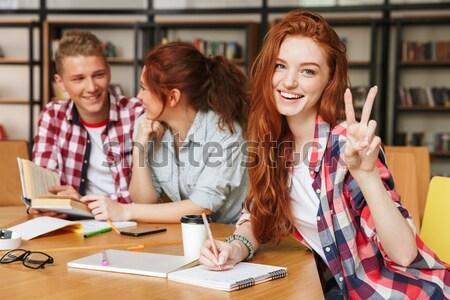 Portret szczęśliwy nastolatków praca domowa grupy posiedzenia Zdjęcia stock © deandrobot