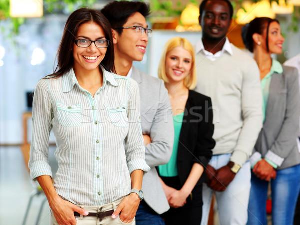 Szczęśliwy grupy ludzi stałego wraz biuro uśmiech Zdjęcia stock © deandrobot