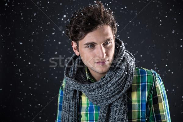 Homem bonito cabelos cacheados neve mãos cara homem Foto stock © deandrobot