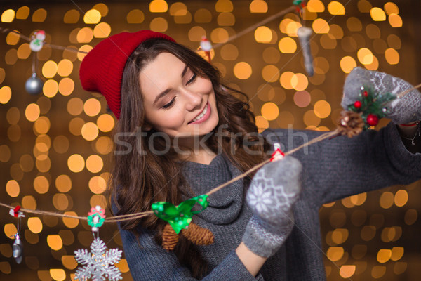 Uśmiechnięty dziewczyna wykonany ręcznie christmas dekoracji Zdjęcia stock © deandrobot