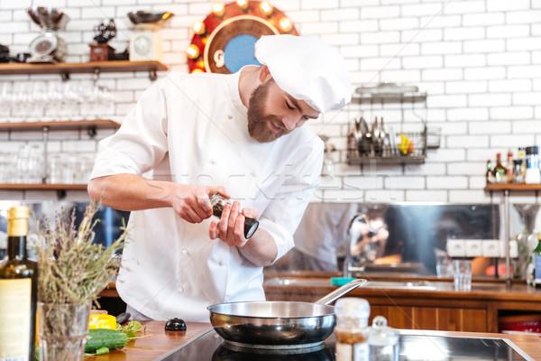 Gülen sakallı şef pişirmek ayakta pişirme Stok fotoğraf © deandrobot