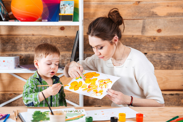 Madre insegnamento piccolo figlio pittura arte Foto d'archivio © deandrobot
