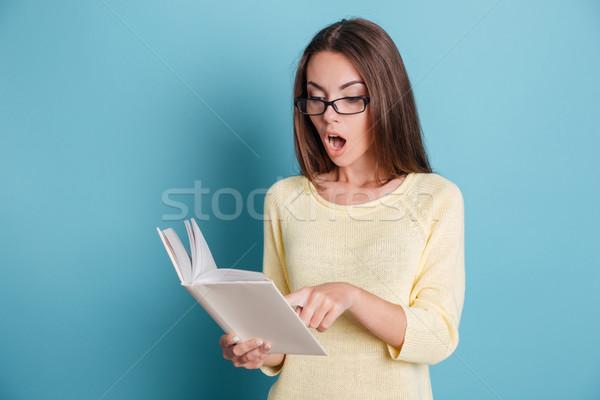 Verwonderd verwonderd mooi meisje naar boek Blauw Stockfoto © deandrobot