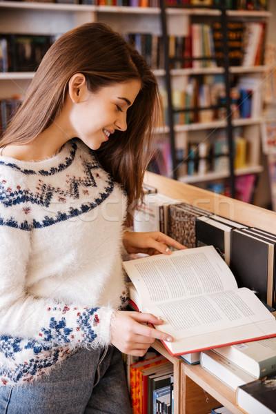 Nő olvas könyv könyvtár portré csinos Stock fotó © deandrobot