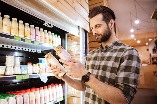 Glimlachend man kiezen yoghurt kruidenier winkel Stockfoto © deandrobot