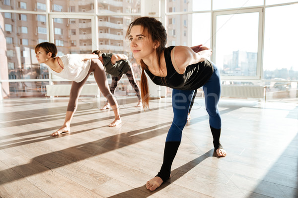 Grupy ludzi boso jogi studio stałego kobieta Zdjęcia stock © deandrobot