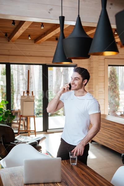 Stockfoto: Man · telefoon · glimlachend · jonge · man · glas