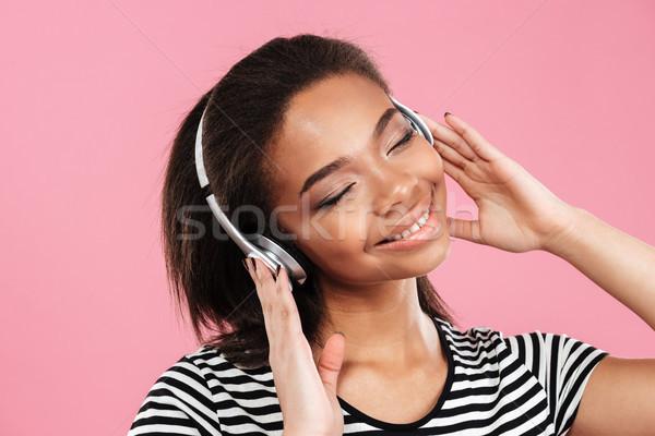 Młodych Afryki kobieta cieszyć się słuchanie muzyki słuchawki Zdjęcia stock © deandrobot