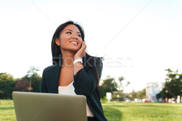 Jonge mooie zakenvrouw zwart pak praten mobiele telefoon Stockfoto © deandrobot