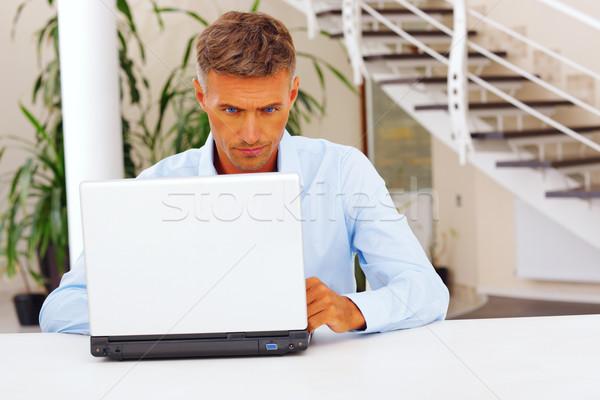 Dojrzały zmartwiony biznesmen pracy laptop komputera Zdjęcia stock © deandrobot
