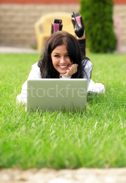 Fiatal gyönyörű mosolygó nő laptopot használ napos idő számítógép Stock fotó © deandrobot