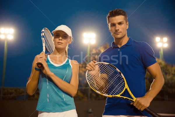 Homme femme permanent court de tennis portrait bel homme Photo stock © deandrobot