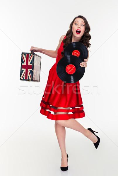 Gekruld vrouw lopen vintage koffer Stockfoto © deandrobot