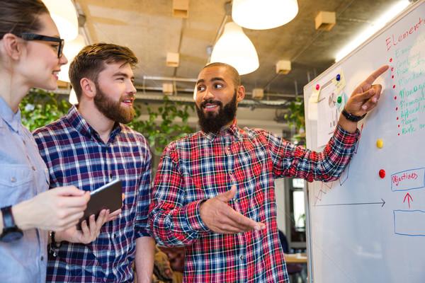 Emberek dolgoznak üzleti megbeszélés csoport fiatalok dolgozik együtt Stock fotó © deandrobot