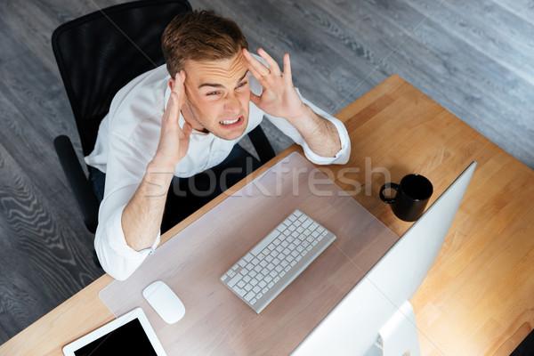 Zakenman werken computer hoofdpijn kantoor Stockfoto © deandrobot