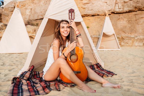 Glimlachend jonge hippie vrouw poseren gitaar Stockfoto © deandrobot