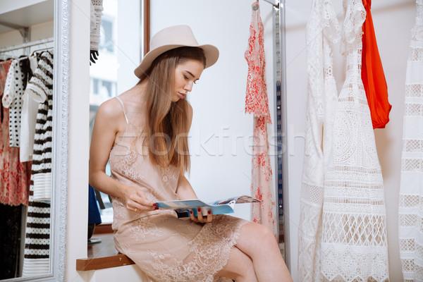 Stok fotoğraf: Kadın · oturma · okuma · dergi · giyim
