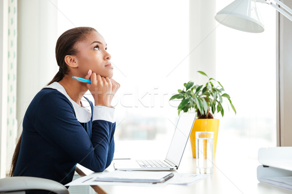 Peinzend afrikaanse zakenvrouw kantoor jurk vergadering Stockfoto © deandrobot