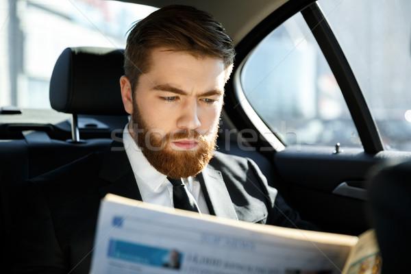 Geconcentreerde zakenman lezing krant bebaarde vergadering Stockfoto © deandrobot