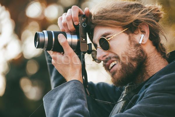 Ritratto concentrato barbuto uomo indossare occhiali da sole Foto d'archivio © deandrobot