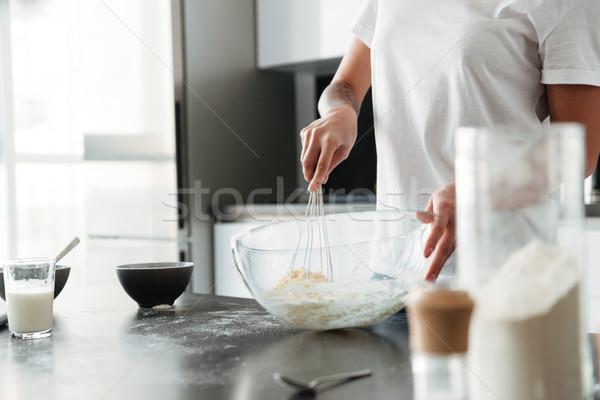 Incroyable jeune femme permanent cuisine maison image Photo stock © deandrobot