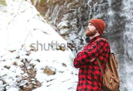 Homme permanent cascade sac à dos bras Photo stock © deandrobot