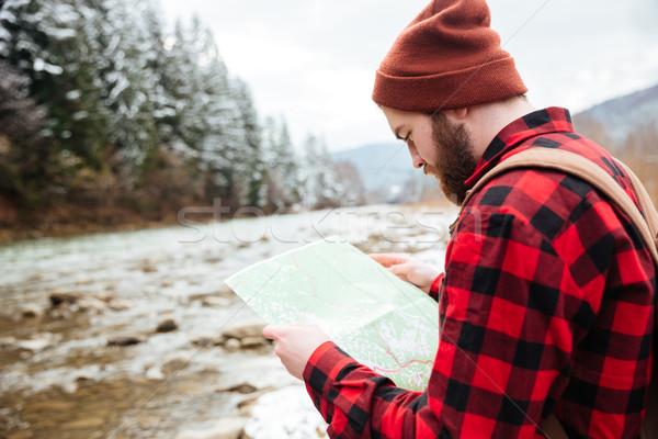 Férfi természetjáró olvas térkép kint víz Stock fotó © deandrobot