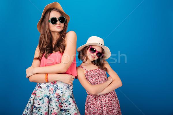 Twee mooie glimlachend zusters permanente poseren Stockfoto © deandrobot