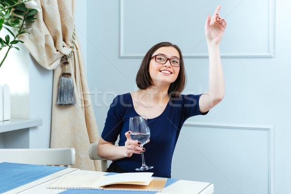 Boldog nő ül hív pincérnő kávézó Stock fotó © deandrobot