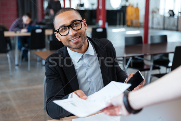 Biznesmen kart ktoś młodych biuro działalności Zdjęcia stock © deandrobot