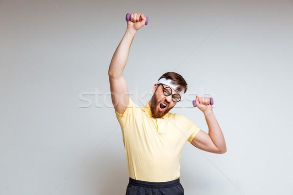 Brodaty mężczyzna nerd szkolenia świetle hantle Zdjęcia stock © deandrobot