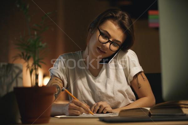 Jóvenes concentrado dama disenador hablar teléfono móvil Foto stock © deandrobot