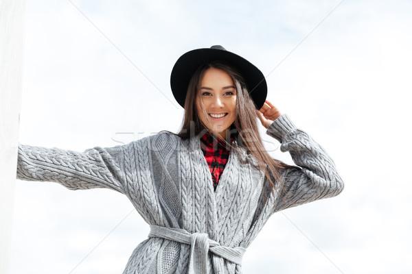 Vrolijk vrouw glimlachen straat tanden lopen handen Stockfoto © deandrobot