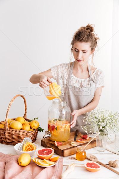 Сток-фото: концентрированный · женщину · Постоянный · приготовления · цитрусовые
